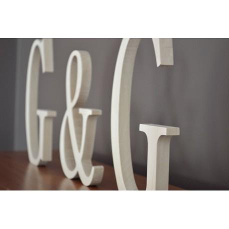 Litery z drewna stojące