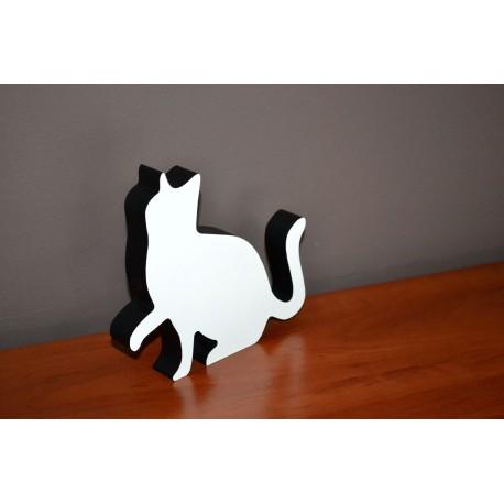 Kot z drewna siedzący z uniesioną łapką